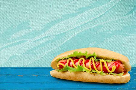 Hot Dog a la parrilla con mostaza amarilla Foto de archivo