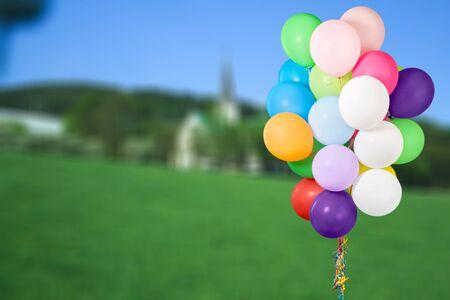 Montón de globos de colores sobre fondo blanco.