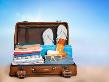 Maleta retro con objetos de viaje en el fondo del hotel Foto de archivo