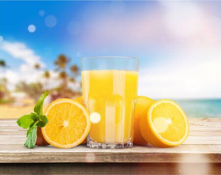 Orangensaft auf Meereshintergrund