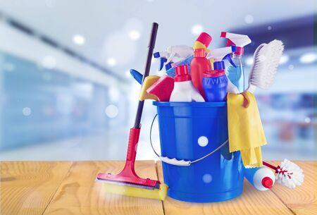 Botellas de plástico, esponja de limpieza y guantes en el fondo Foto de archivo