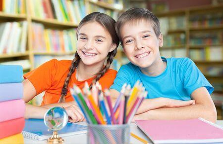 Kind im Klassenzimmer Standard-Bild