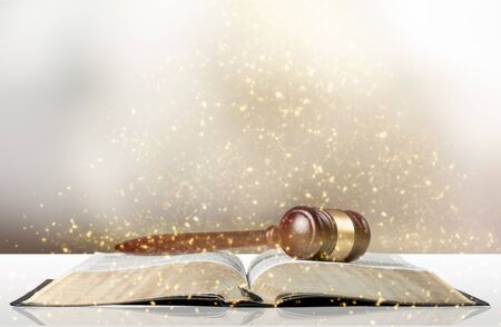 Golden scales of justice, gavel and books isolated on white Stockfoto - 128531552