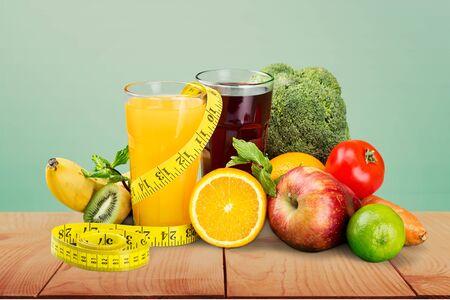 Alimentación saludable. Frutas, vegetales, jugo y estetoscopio.