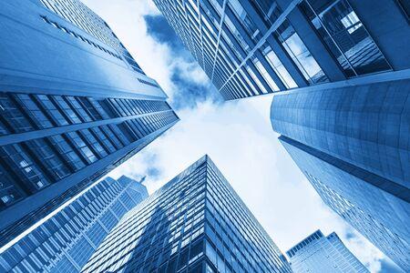 Flachwinkelansicht von Wolkenkratzern in Shanghai, China - Image