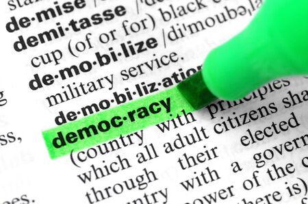 Primer plano de resaltar la palabra democracia específica en un diccionario