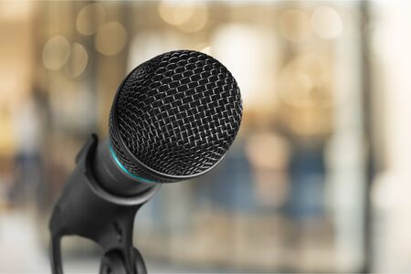 Audiencia pública con altavoz de voz de micrófono en seminario de negocios, presentación de discurso