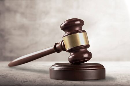 Drewniany młotek sprawiedliwości na drewnianym stole