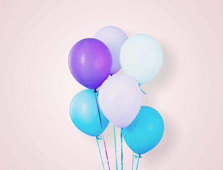 Mazzo di palloncini colorati su sfondo chiaro Archivio Fotografico