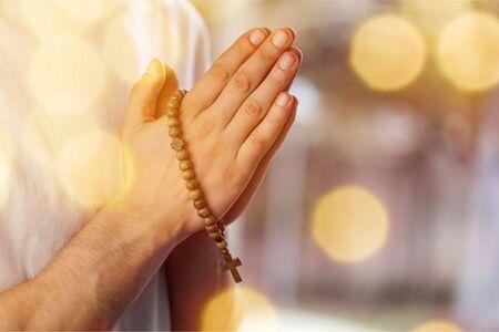 Paar samen bidden. Rozenkrans in de hand houden. Stockfoto