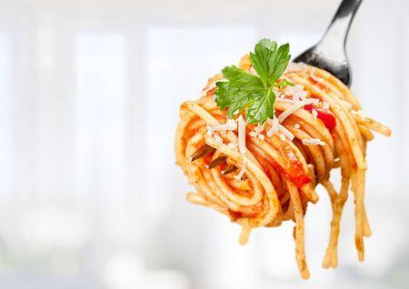 Tenedor con espaguetis alrededor
