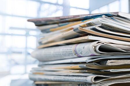 Pila di giornali stampati su sfondo bianco Archivio Fotografico