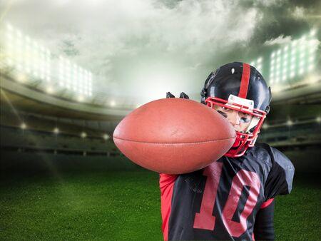 Giocatore di football americano su sfondo di campo
