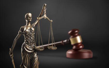 Juez mazo, balanza de la justicia y la ley en la corte Foto de archivo