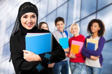 Close-up hermosa joven musulmana con cuadernos,