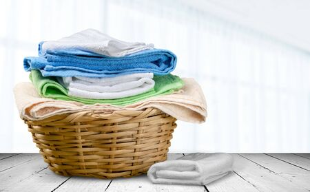 Buntes Handtuch auf Korb Standard-Bild
