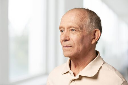 Senior man in blauw shirt en bril Stockfoto
