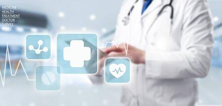 病院の背景に仮想画面のインターフェイス上のアイコンの医療ネットワーク接続とタブレットを使用して医科医と聴診器。現代の医療技術の概念。