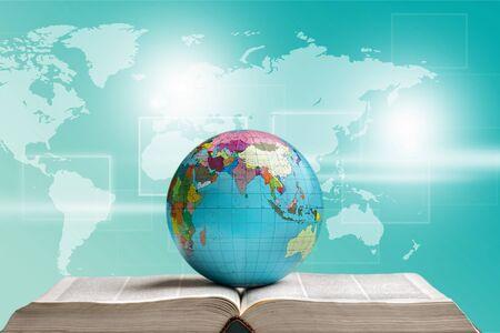 Globo en libro abierto