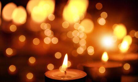 Nahaufnahme der Kerzen, die die Dunkelheit durchschneiden.