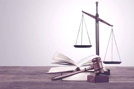 skale sprawiedliwości na książkach prawniczych w sądzie lub kancelarii prawnej. pojęcie prawa, edukacja prawnicza. Zdjęcie Seryjne