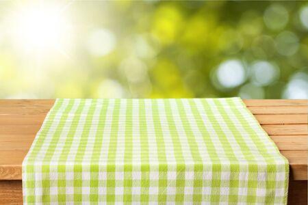Grüne Stoffserviette auf Holzschreibtisch Standard-Bild