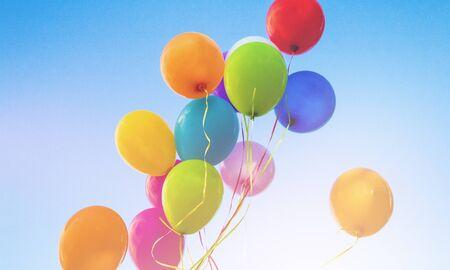 Palloncini con il cielo come sfondo