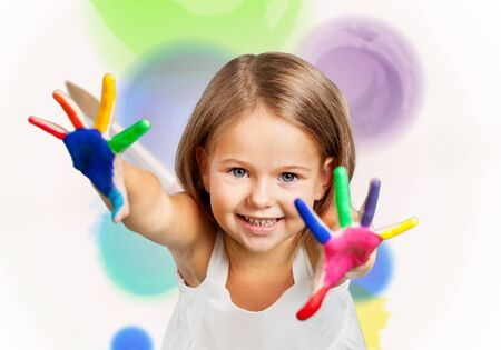 Cute little girl with colorful painted hands on  background Zdjęcie Seryjne - 128880453