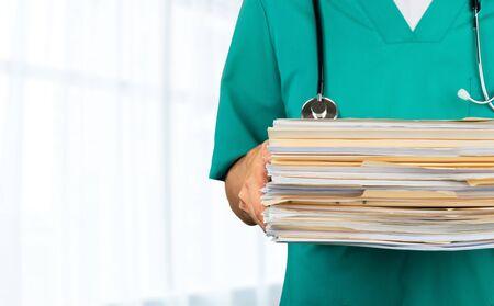 Homme de docteur de médecine avec des documents, plan rapproché