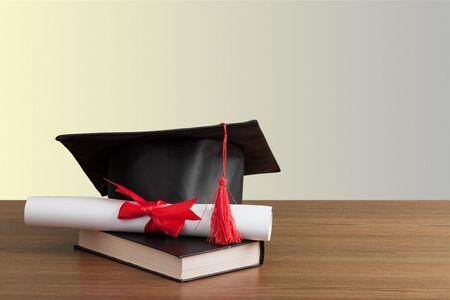 在书桌上的毕业黑帽子