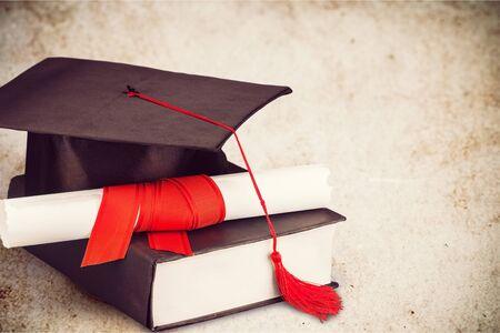 diploma y gorro de graduación