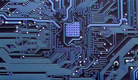 Primer plano de una placa de circuito electrónico, dentro de la computadora
