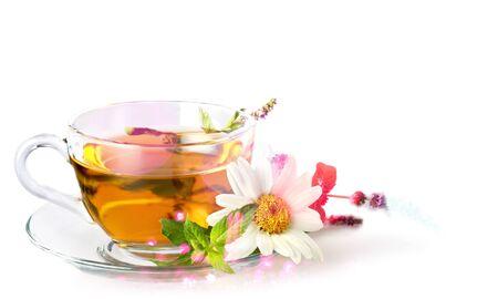 Glazen kopje thee met madeliefjebloem Stockfoto