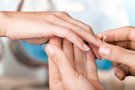 Bräutigam legt den Ehering an