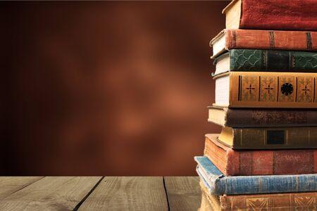 Inzameling van oude boeken op achtergrond