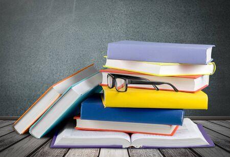 Una pila de libros con vidrio.