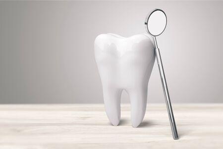 Espejo de dentista y diente grande en dentista