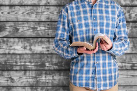 Hombre leyendo la Biblia en el fondo