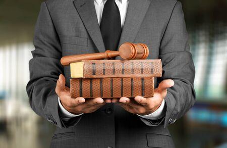 Homme avocat avec juge marteau