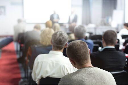 Ludzie na konferencji. Widok z tyłu. Obraz poziomy