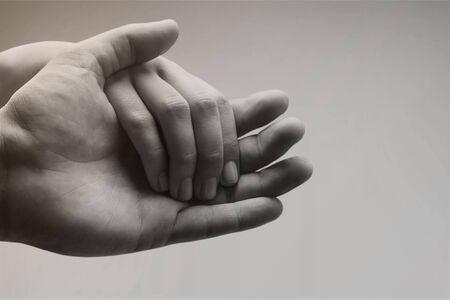 Mensen met hun handen in elkaar