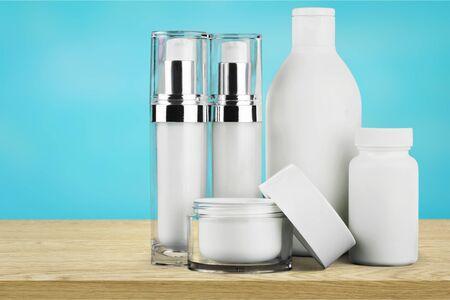 Contenitori cosmetici isolati su priorità bassa