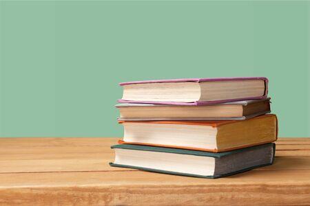 Boekencollectie geïsoleerd op de achtergrond.
