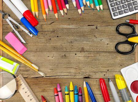 Narzędzia szkolne i biurowe. Widok z góry. Na białym tle