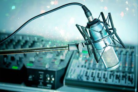 Microfoon in digitale studio op achtergrond Stockfoto
