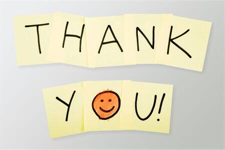 Grazie note con faccina sorridente, isolato
