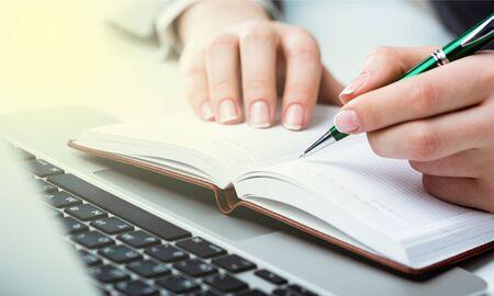 Donna con laptop e scartoffie sullo sfondo