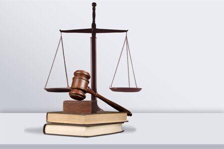 Balance et livres de justice et marteau en bois sur table. Concept de justice