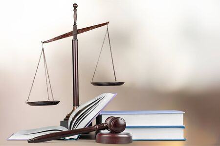 Justice Scales and books and wooden gavel on table. Justice concept Stockfoto