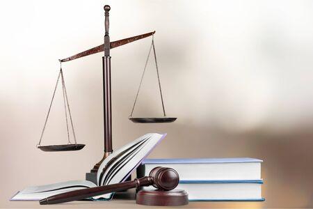 Justice Scales y libros y mazo de madera en la mesa. Concepto de justicia Foto de archivo